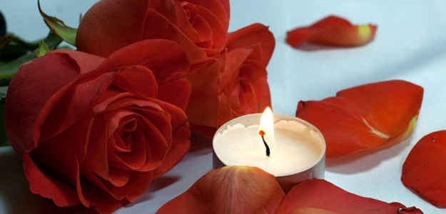 cena lume di candela, fiori e cioccolatini