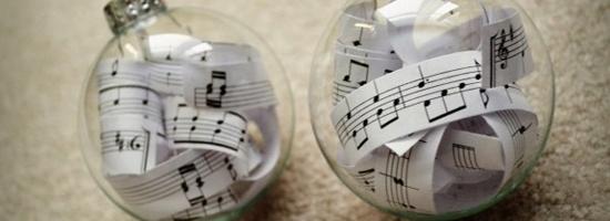 Palline di Natale con spartiti musicali