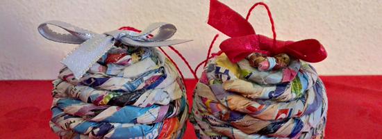 Palline di Natale con fogli di giornale