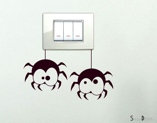 Adesivo ragnetti appesi all'interruttore della luce