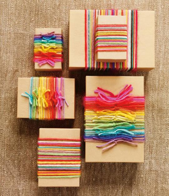 Pacchetto regalo con lana colorata