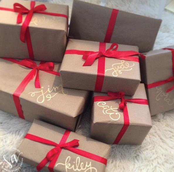 Pacchetto regalo con nastro rosso