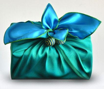 Pacchetto regalo avvolto in una sciarpa