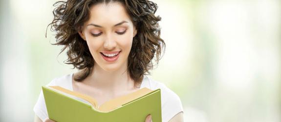 donna che ama leggere regali per festa della donna