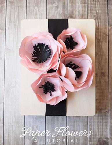 Impacchettare un regalo con fiori di carta