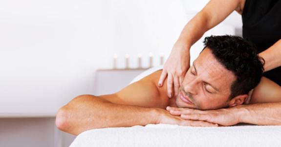 uomo relax benessere massaggio