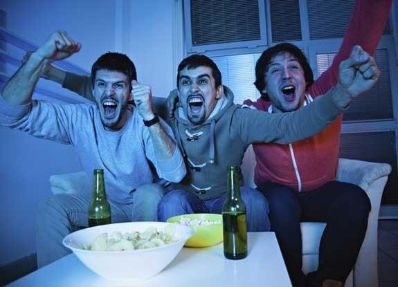 guardare la partita con amici
