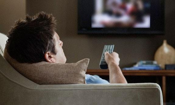 uomo guarda tv